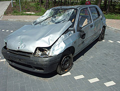 Egy autó eleje és szélvédője meg van törve.