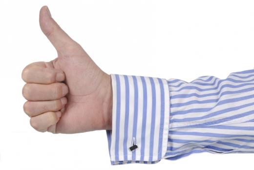 Egy férfi kéz ujját felfelé tartva.