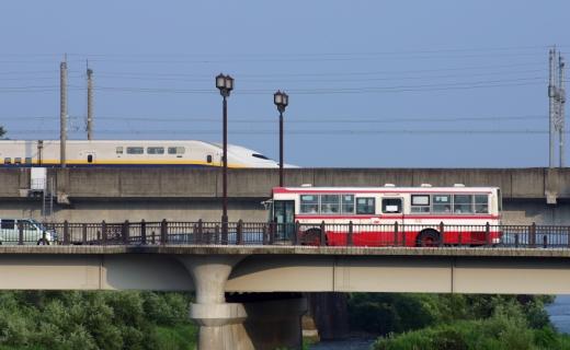 Egy felüljárón átmegy egy piros fehér busz.