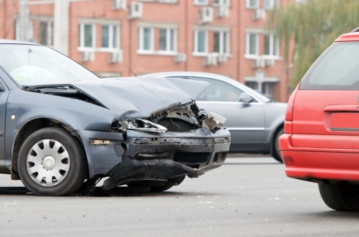 Egy autó eleje ami nagyon össze van törve.
