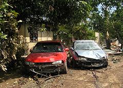 Két autó egymás mellett, az elejét megtörve.