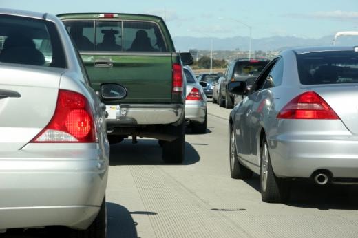 Több sávos autóúton sok autó.