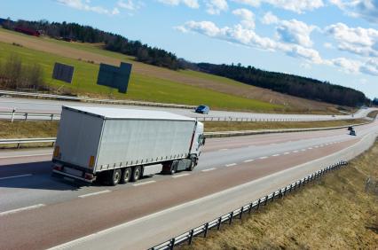 Egy autópályán kamion halad.