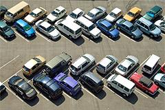 Egy parkoló tele autókkal felülnézetből.