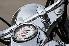 Egy króm motor kormánya és sebességmérője.