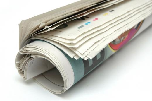 Egy újság hengerré tekerve.