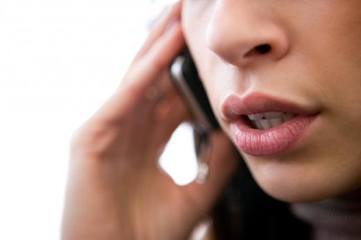 Egy nő arca közelről, aki telefonál.
