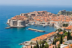 Egy horvát tengerpart és falu felülről.