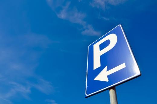 Egy parkoló tábla, balra nyíllal.