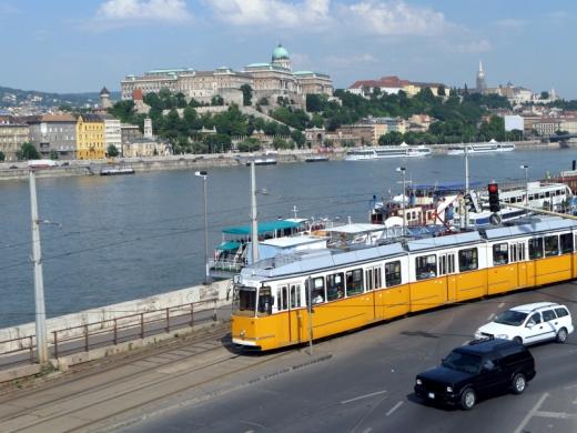 Egy villamos halad a Duna rakpartján.