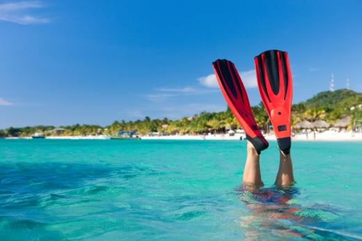 Egy tengerparton kilóg két uszonyos láb.