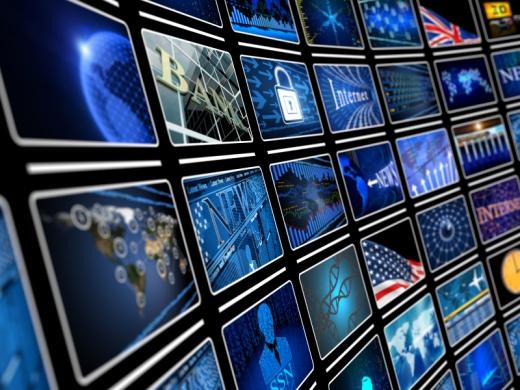 Egy nagy kivetítő sok ki televízió képpel.
