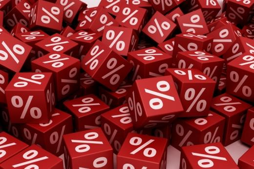 Piros kockák, fehér százalékkal egymásra dobálva.