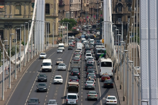 Egy hídon hatsávos úton haladnak az autók.