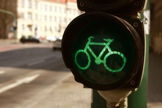 Egy zöld biciklit ábrázoló jelzőlámpa.