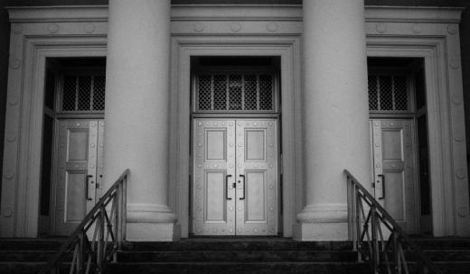 Egy épület három ajtóval és lépcsővel.