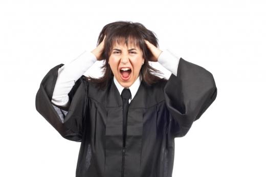Egy nő bírói palástban van és a hajába túrva ordibál.