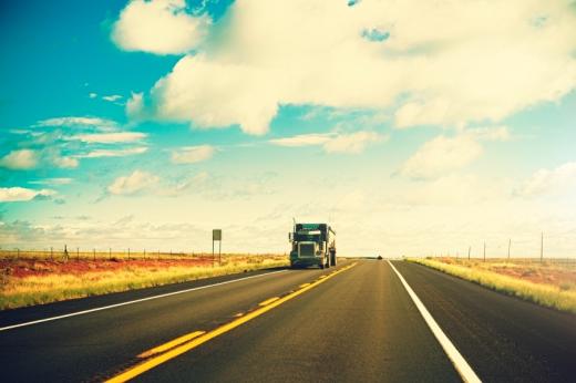 Egy kétsávos úton kamion jön velünk szembe.