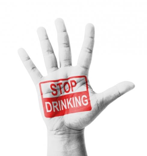 Egy tenyér, kinyújtott ujjakkal, STOP DRINKING felirattal.