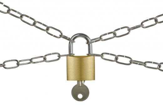 X alakban lévő láncokat középen egy lakat kulccsal fog össze.