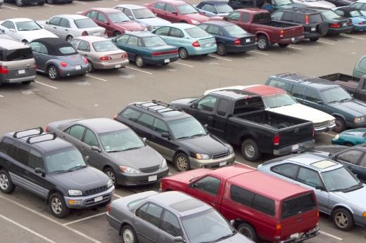 Egy parkoló tele autókkal, felülnézetből.