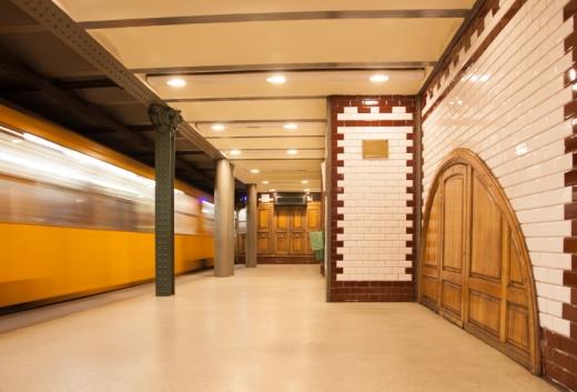 Egy üres metróállomáson éppen megy el a metró.