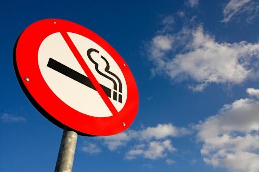 Alulnézetből egy dohányozni tilos tábla.