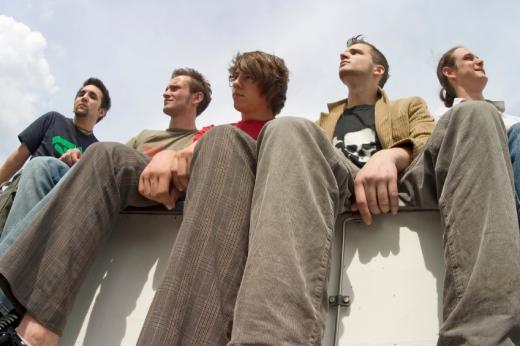 Öt fiatal srác fent ül valamin.