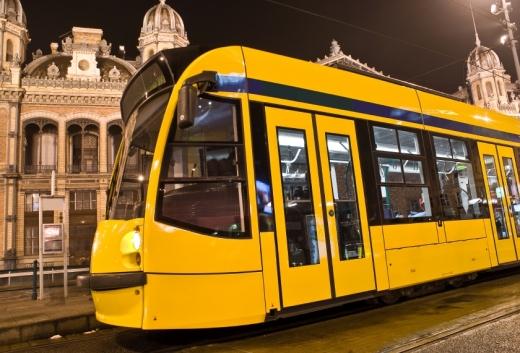 Egy sárga villamos éjjel a városban.
