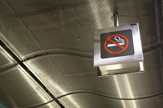 Aluljáró tetejéről lóg lefelé egy dohányozni tilos tábla.