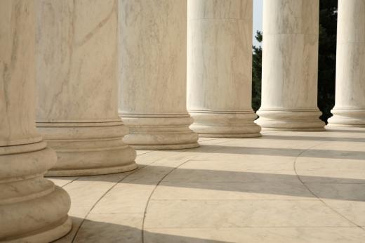 Egy márványterasz, márvány oszlopokkal.