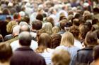 Sok ember megy az utcán, szorosan egymás mellett.