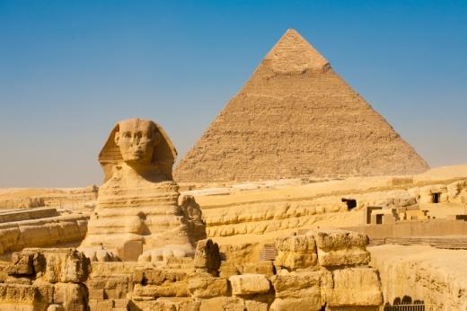 A szfinx mögött egy piramis.