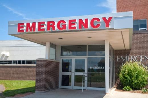 Egy épület EMERGENCY felirattal.
