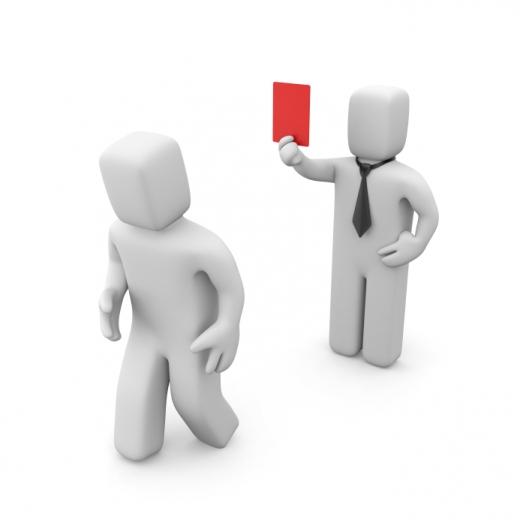 Egy fehér emberfigura piros lapot mutat egy másiknak.