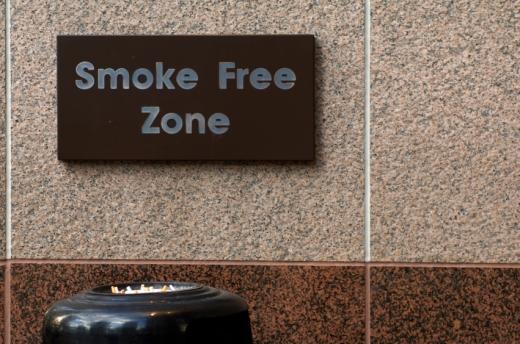 Egy dohányzásra kijelölt hely, SMOKE FREE ZONE felirattal.