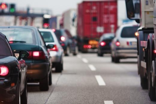 Egy kétsávos úton dugó miatt belassult autók.