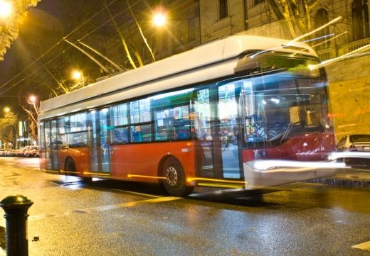 Egy busz elhomályosítva éjjel közlekedik.