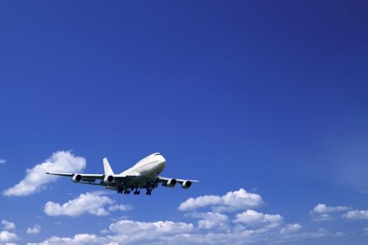 Egy utasszállító repül a felhők között.