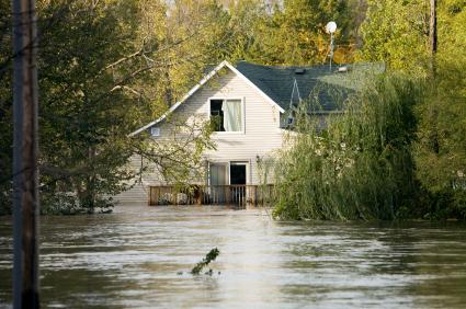 Egy távoli családi ház előtt magasan áll az árvíz.