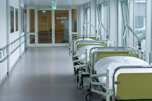 Egy kórház folyosója betegágyakkal.