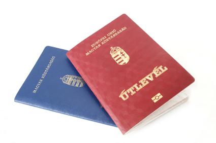 Egy kék és egy bordó útlevél egymáson.