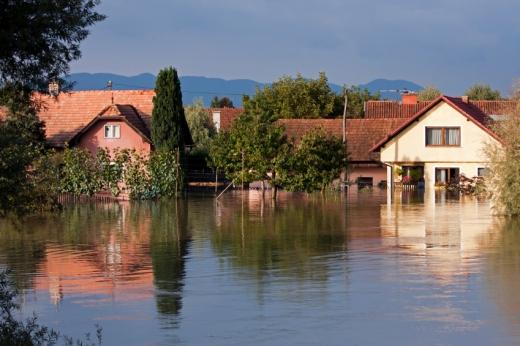 Több ház a háttérben amiket elárasztott az árvíz.