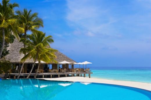 Egy karibi tengerpart, egy nádfedeles bárral.