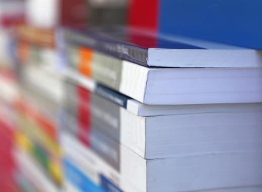 Egy csomó könyv egymásra pakolva.