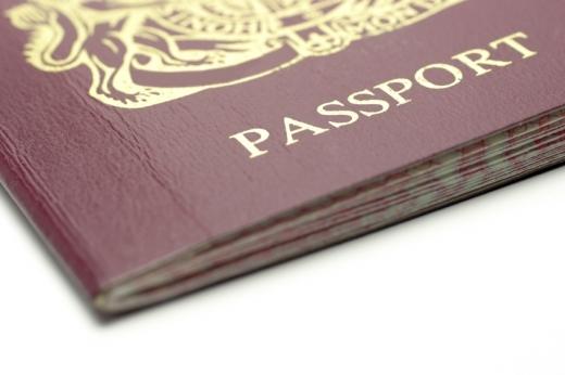 Egy útlevél egyik sarka, PASSPORT felirattal.