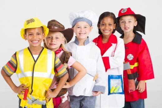 Öt gyerek be van öltözve: munkás, cowboy, szakács, orvos, tűzoltó.