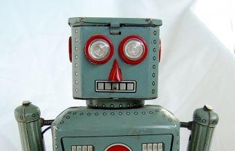 Egy kék robot néz szembe piros szemekkel.