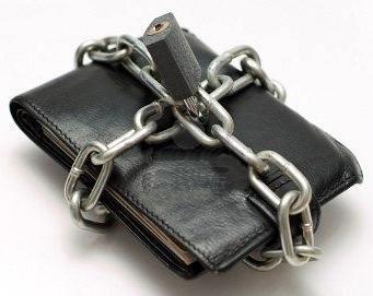 Egy pénztárca lánccal körbevéve és a végén egy lakat.