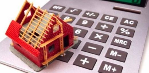 Egy számológépen egy piros ház aminek hiányzik a teteje.